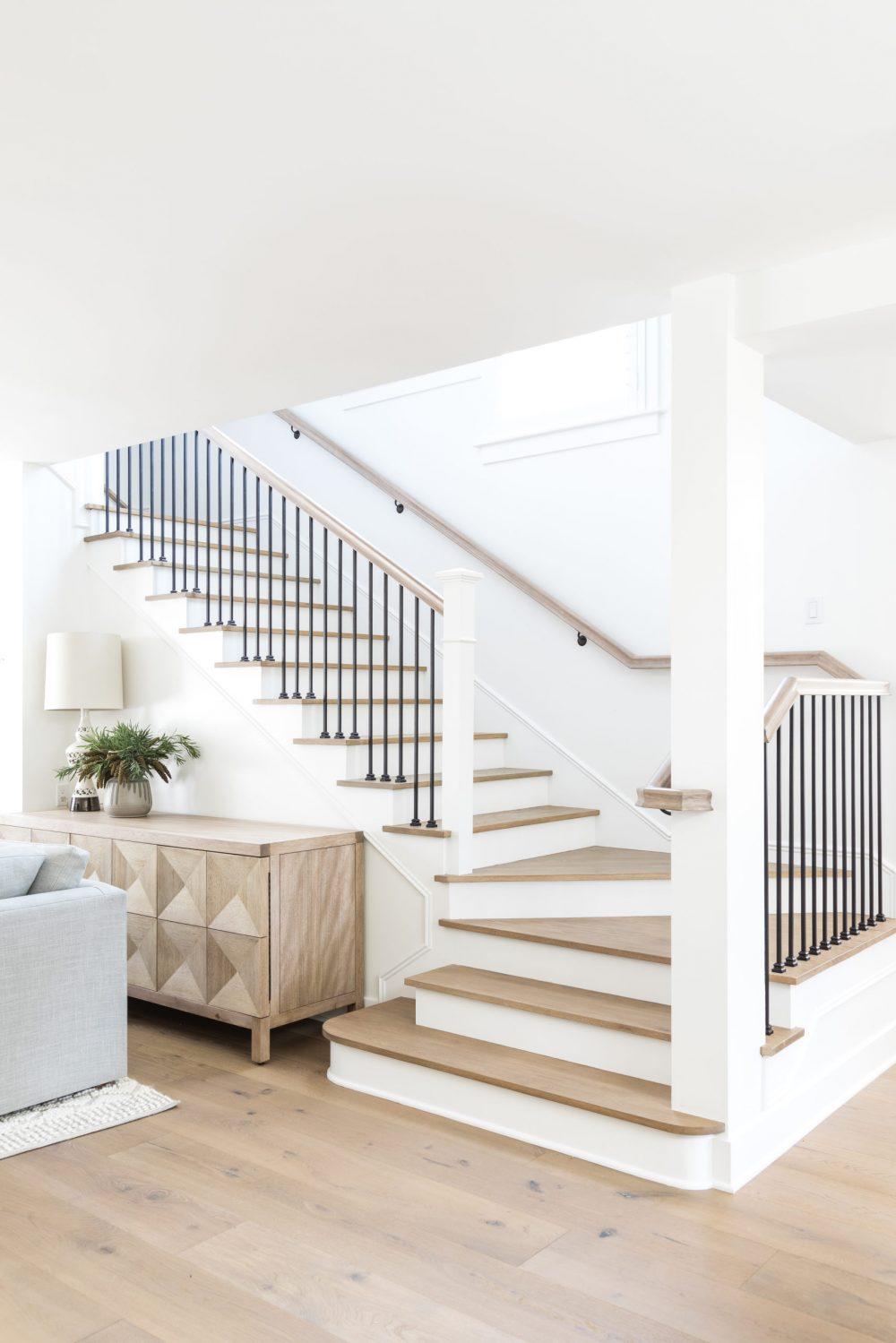 Cầu thang gỗ mang lại vẻ sang trọng, cao cấp cho ngôi nhà