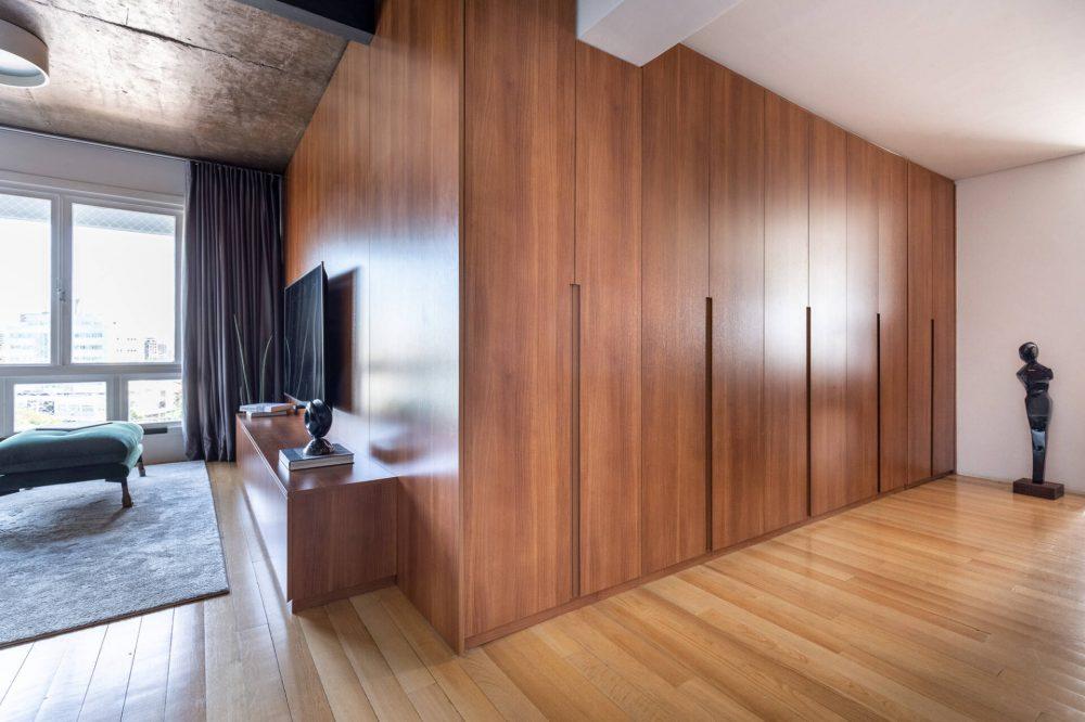 Bức tường gỗ này là một chiếc tủ cao sát trần để đựng đồ