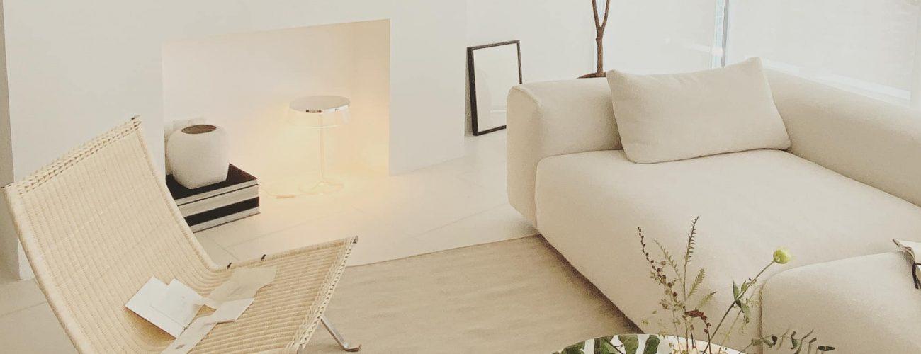 Điểm nhấn nhá bằng chiếc ghế PK22 của Fritzhansen sẽ làm cho phòng khách trở nên gần gũi và thân thiện hơn