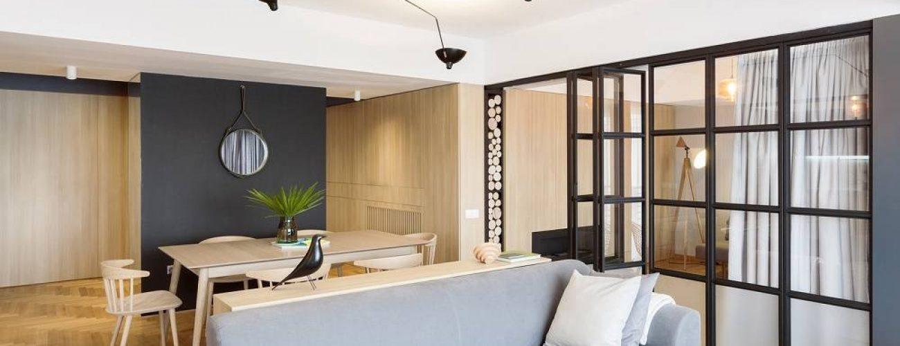 Bộ ghế sofa tông màu xám sang trọng tạo điểm nhấn và để phân biệt các khu vực