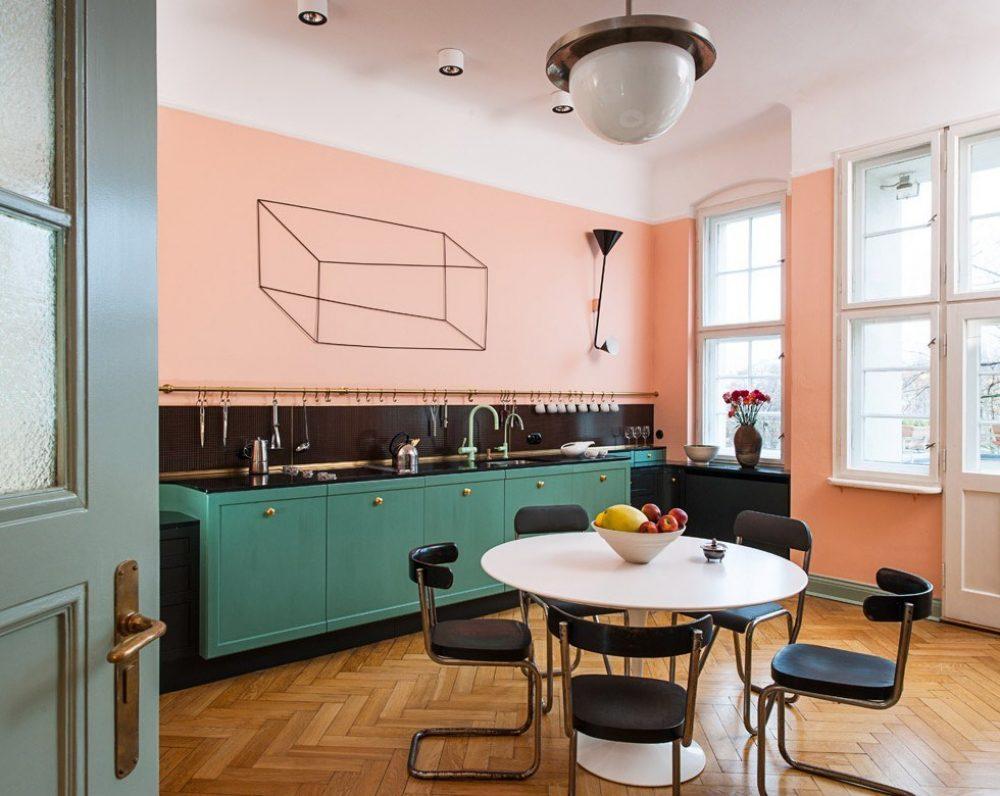 Tường bếp được sơn màu hồng kết hợp tủ bếp màu xanh rất nổi bật