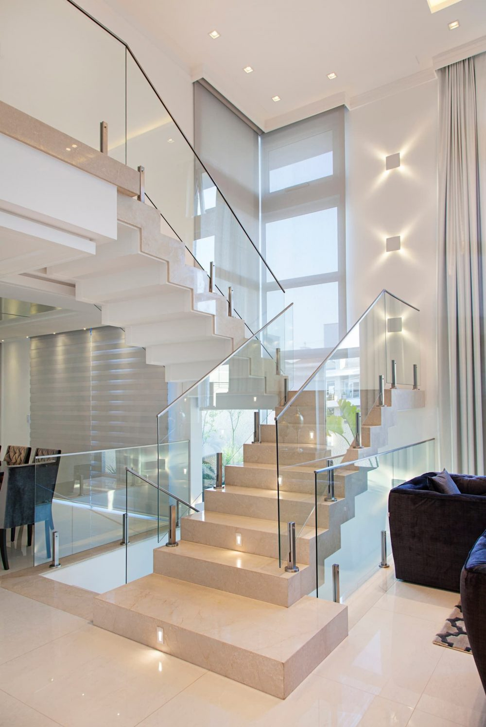 Với ý tưởng thiết kế này, cầu thang sát tường dường như vô hình